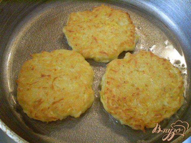 Фото приготовление рецепта: Кабачковые оладьи с творогом шаг №5