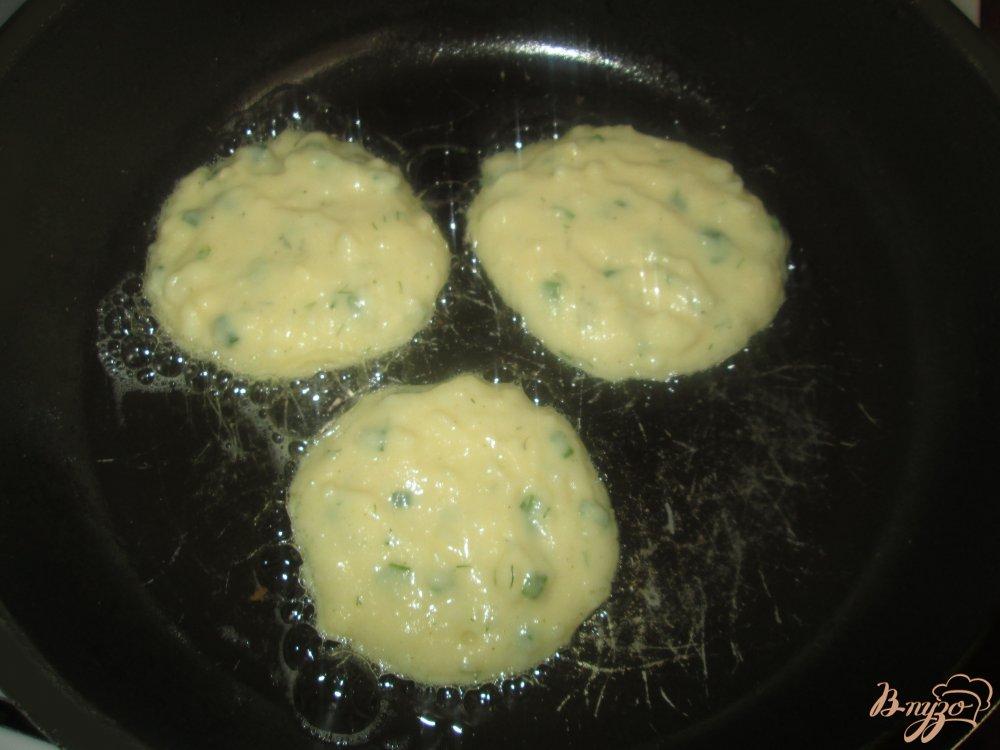 Фото приготовление рецепта: Оладьи из картофельного пюре шаг №7