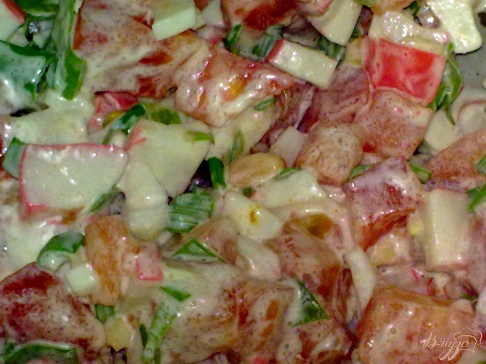 Фото приготовление рецепта: Салат с крабовым мясом и чесноком шаг №5