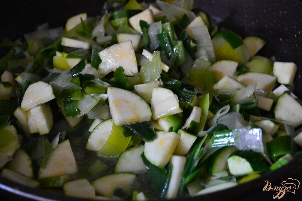 Фото приготовление рецепта: Киш с начинкой из лука порея и ветчины шаг №1