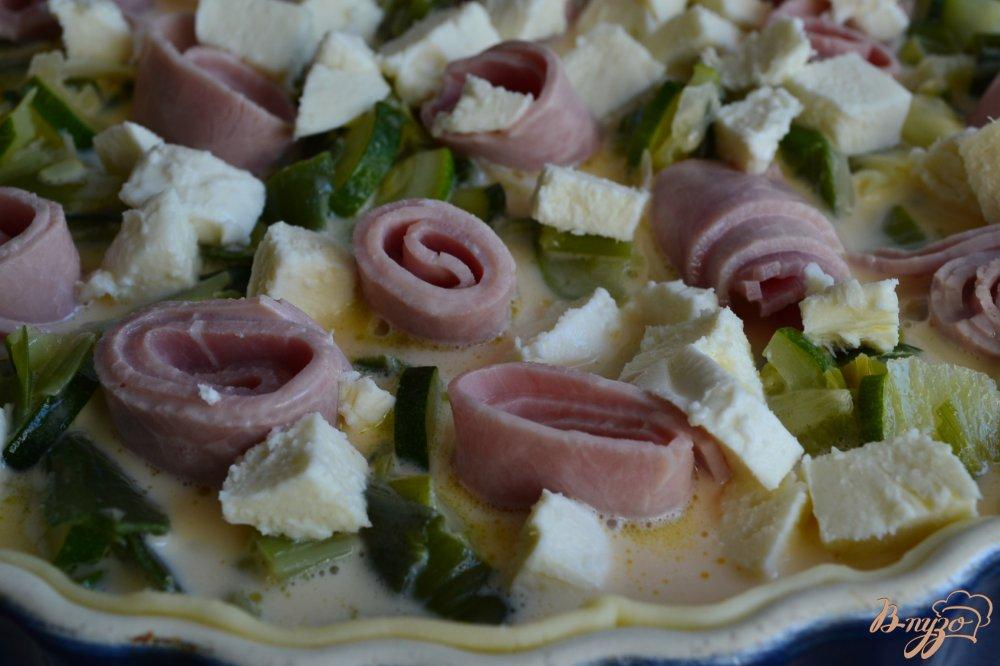Фото приготовление рецепта: Киш с начинкой из лука порея и ветчины шаг №5