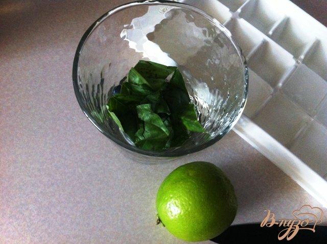 Фото приготовление рецепта: Безалкогольный Мохито с базиликом шаг №3