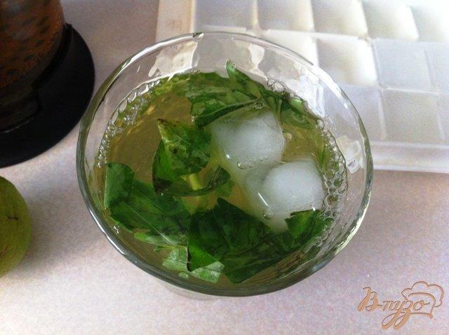 Фото приготовление рецепта: Безалкогольный Мохито с базиликом шаг №6