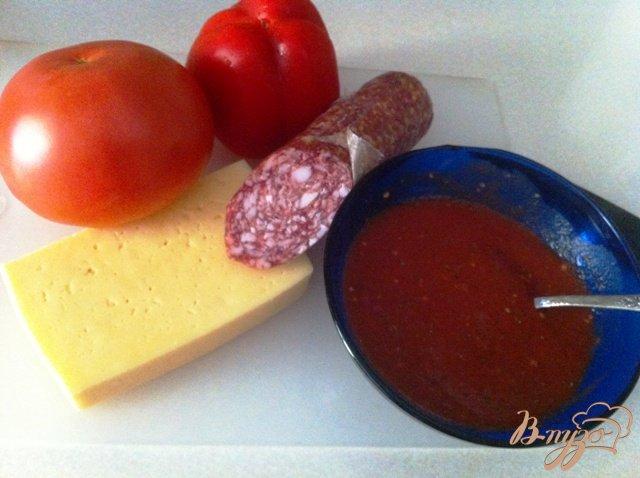 Фото приготовление рецепта: Пицца с салями шаг №4