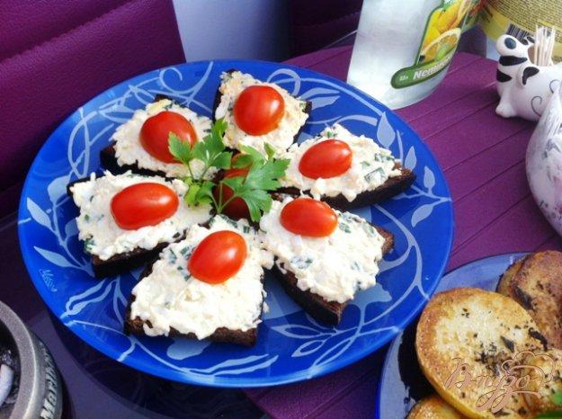 Рецепт Канапе с сырным салатом и чесноком