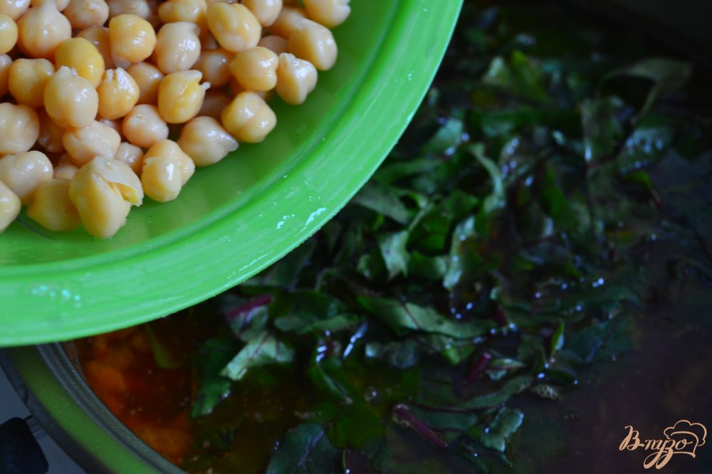 Фото приготовление рецепта: Свекольный суп с нутом шаг №4
