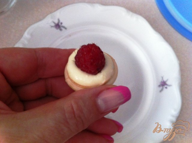 Фото приготовление рецепта: Орешки с сырным кремом и ягодами шаг №7