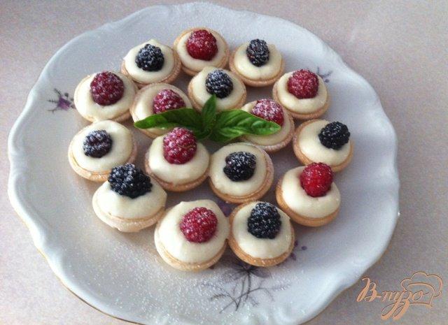 Фото приготовление рецепта: Орешки с сырным кремом и ягодами шаг №8