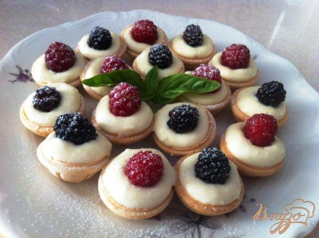 фото рецепта: Орешки с сырным кремом и ягодами