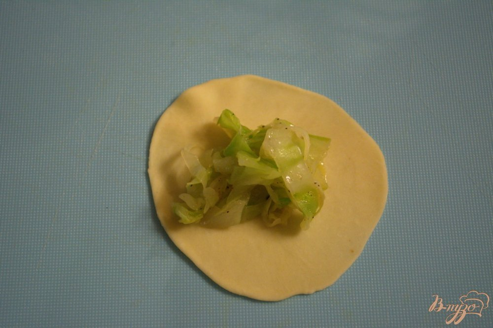 Фото приготовление рецепта: Вареники украинские с начинкой из молодой капусты шаг №7