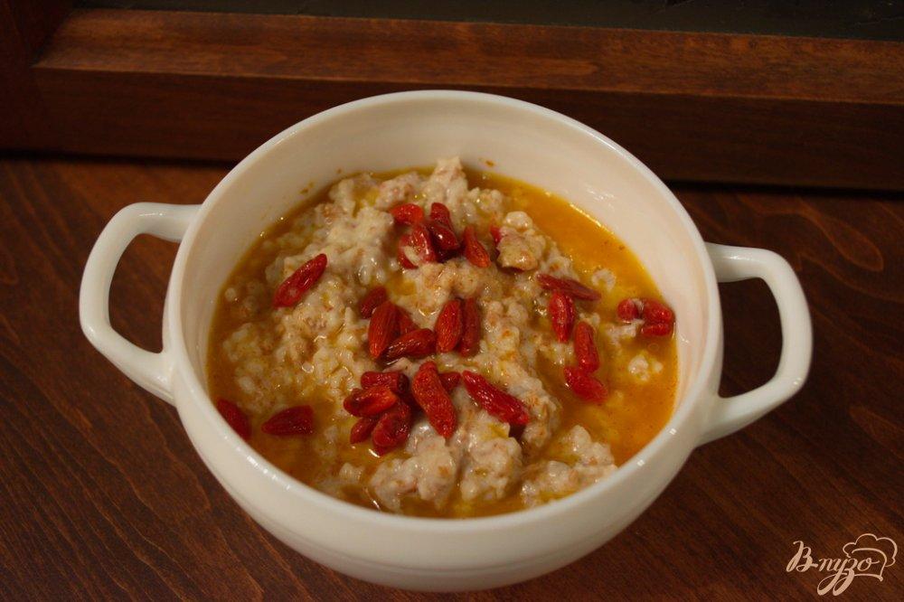 Фото приготовление рецепта: Овсяная каша с ягодами годжи шаг №4