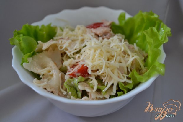 Салат с тунцом, макаронами и помидорами черри
