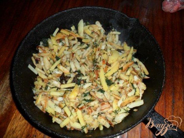 Жаренный картофель с луком и укропом