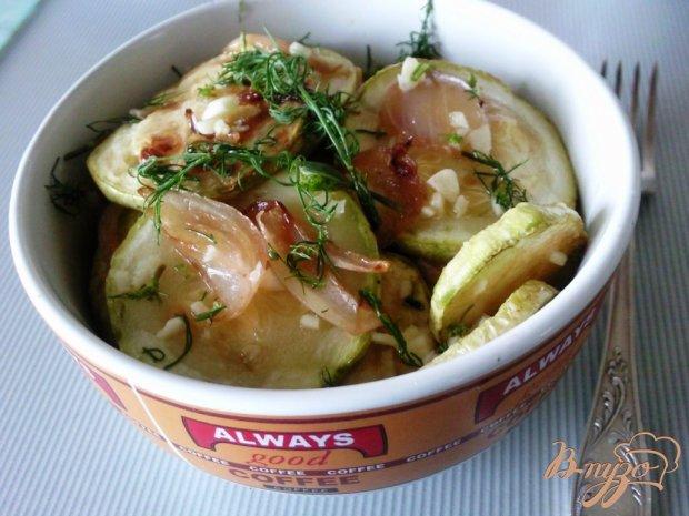 Жаренные кабачки с луком под чесночным соусом