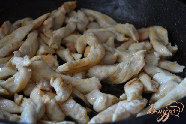 Куриное  филе с белой фасолью в томатном соусе