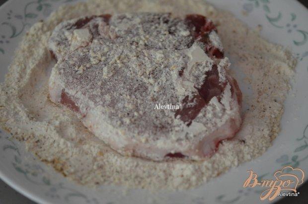 Свиные отбивные в кунжутном семени  и зеленой фасолью