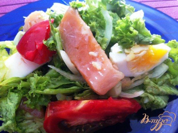 Салат с овощами, семгой и водорослями чука