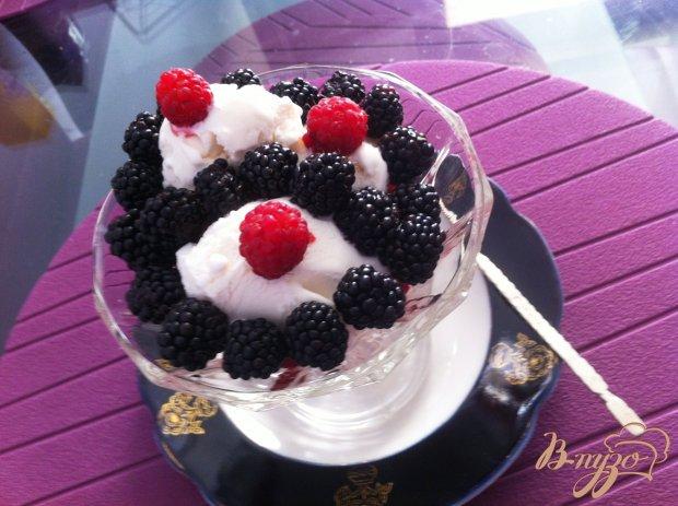 Десерт из мороженого с ягодами
