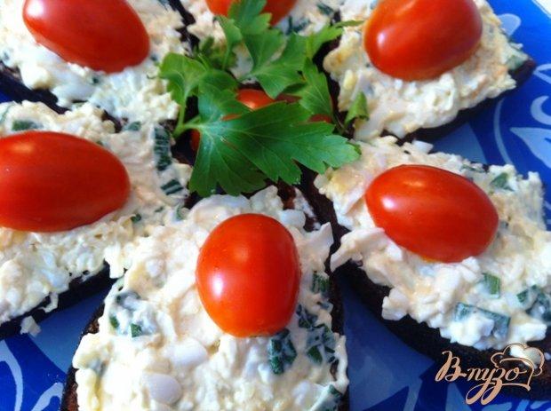 Канапе с сырным салатом и чесноком
