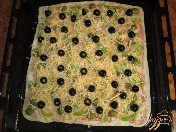 Пицца с оливками, курицей и болгарским перцем