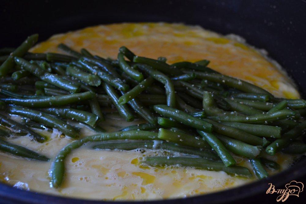 Фото приготовление рецепта: Омлет с сыром и фасолью шаг №5