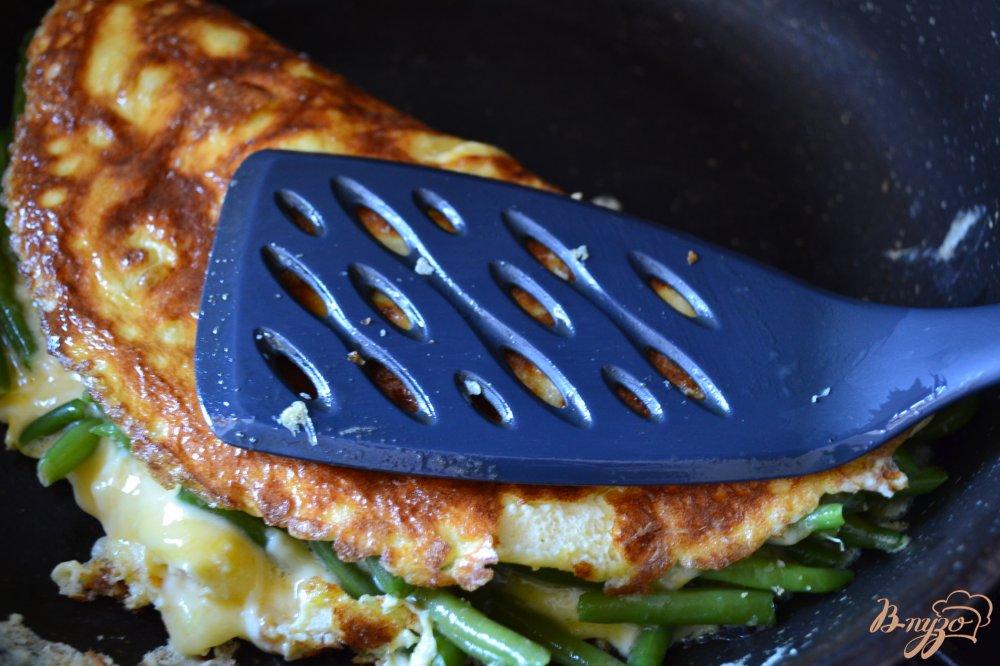 Фото приготовление рецепта: Омлет с сыром и фасолью шаг №6