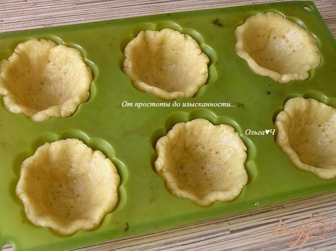 Фото приготовление рецепта: Корзиночки с клубникой и штрейзелем шаг №3
