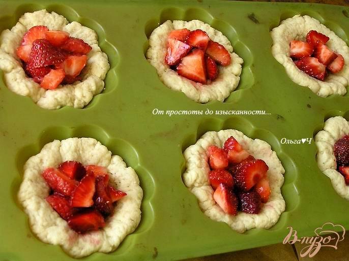 Фото приготовление рецепта: Корзиночки с клубникой и штрейзелем шаг №4