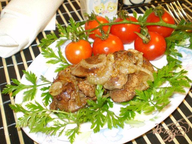 Фото приготовление рецепта: Печень утиная с луком и перцем шаг №5