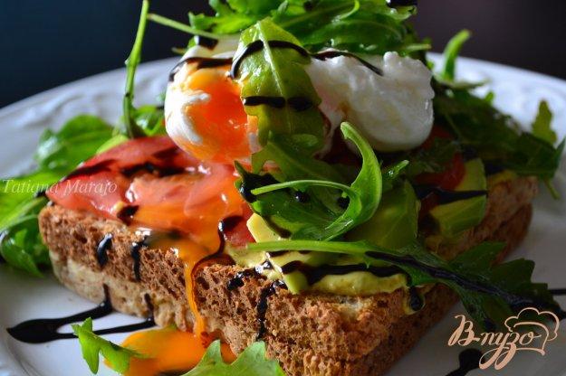 Рецепт Овощной салат с яйцом пашот на хлебных тостах