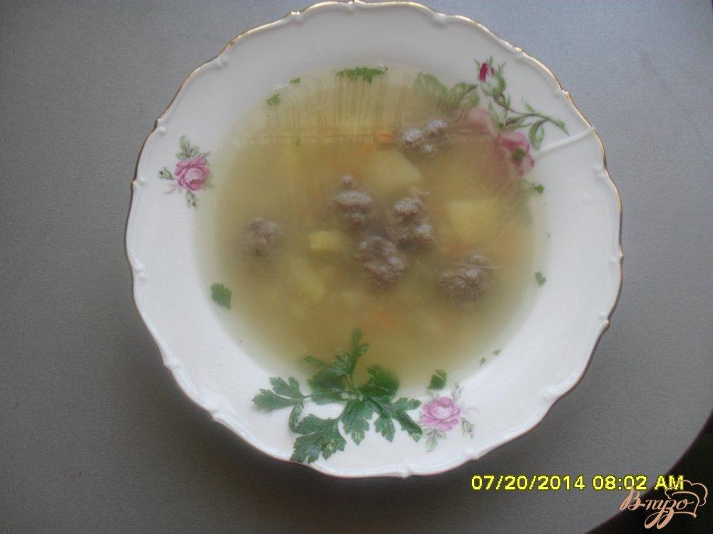 Фото приготовление рецепта: Суп с фрикадельками и рисовой вермишелью. шаг №6