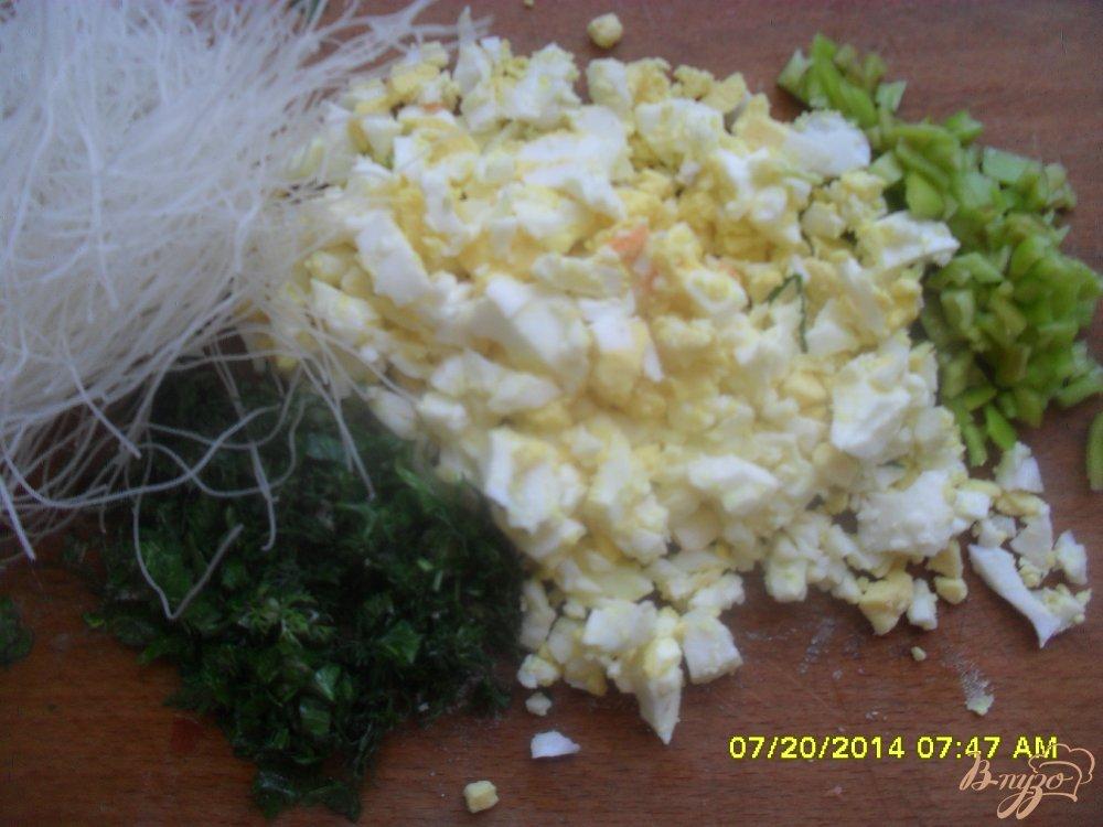 Фото приготовление рецепта: Суп с фрикадельками и рисовой вермишелью. шаг №5
