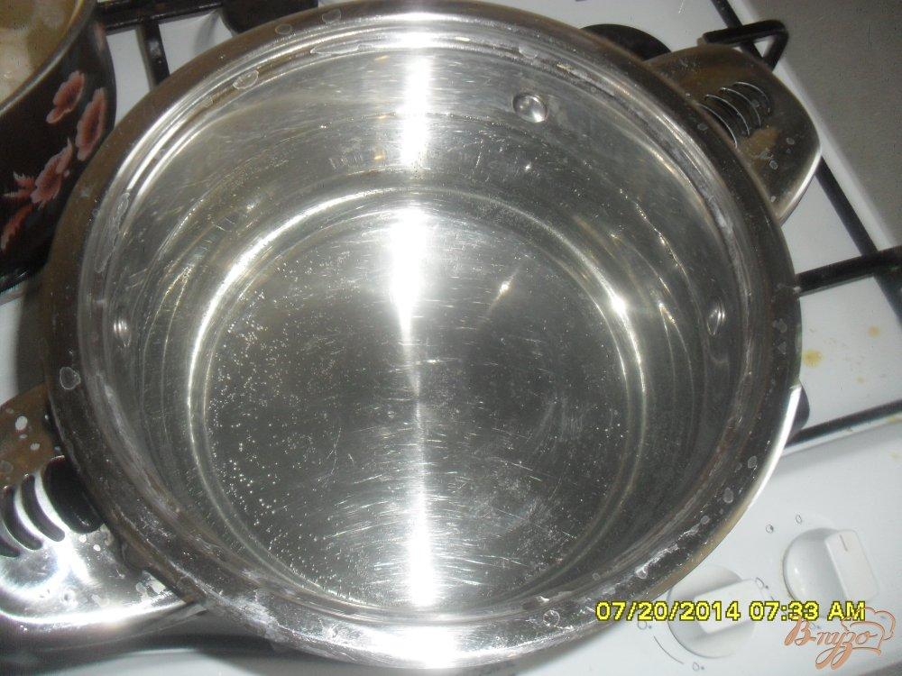 Фото приготовление рецепта: Суп с фрикадельками и рисовой вермишелью. шаг №3