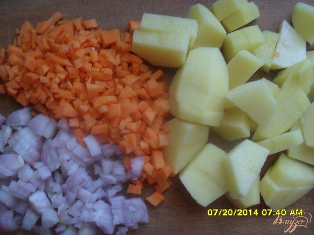 Фото приготовление рецепта: Суп с фрикадельками и рисовой вермишелью. шаг №2