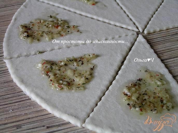 Фото приготовление рецепта: Круассаны с чесноком и итальянскими травами шаг №3