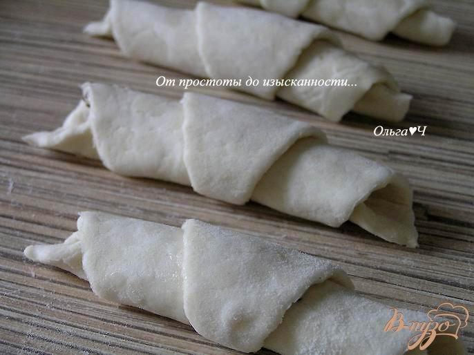 Фото приготовление рецепта: Круассаны с чесноком и итальянскими травами шаг №4
