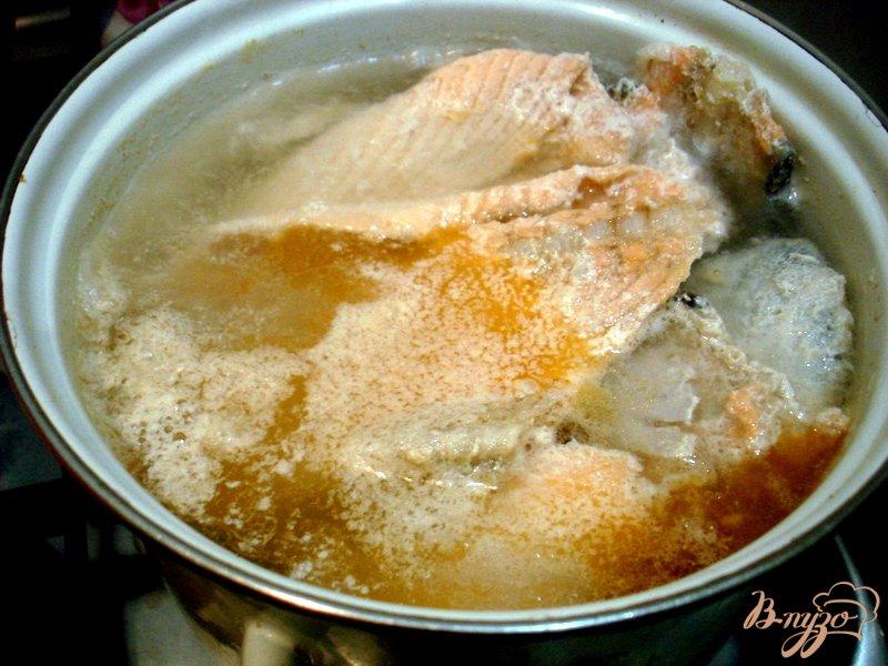 Фото приготовление рецепта: Бульон из хребтов лосося с рисом шаг №5