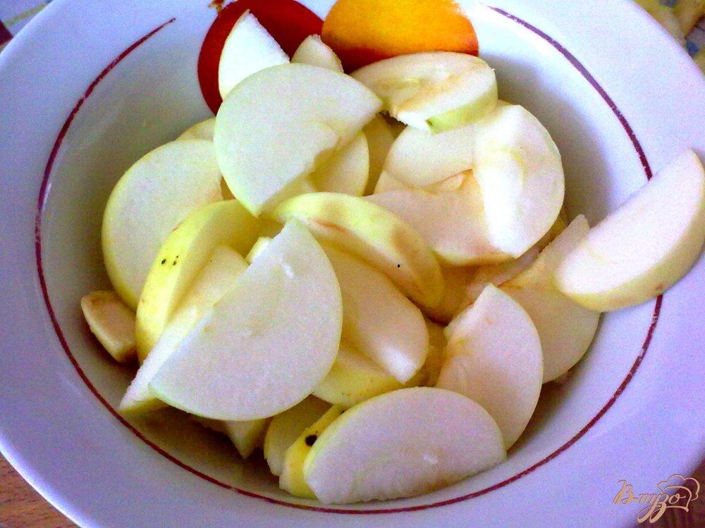 Фото приготовление рецепта: Компот из красной алычи, яблок и специй шаг №2