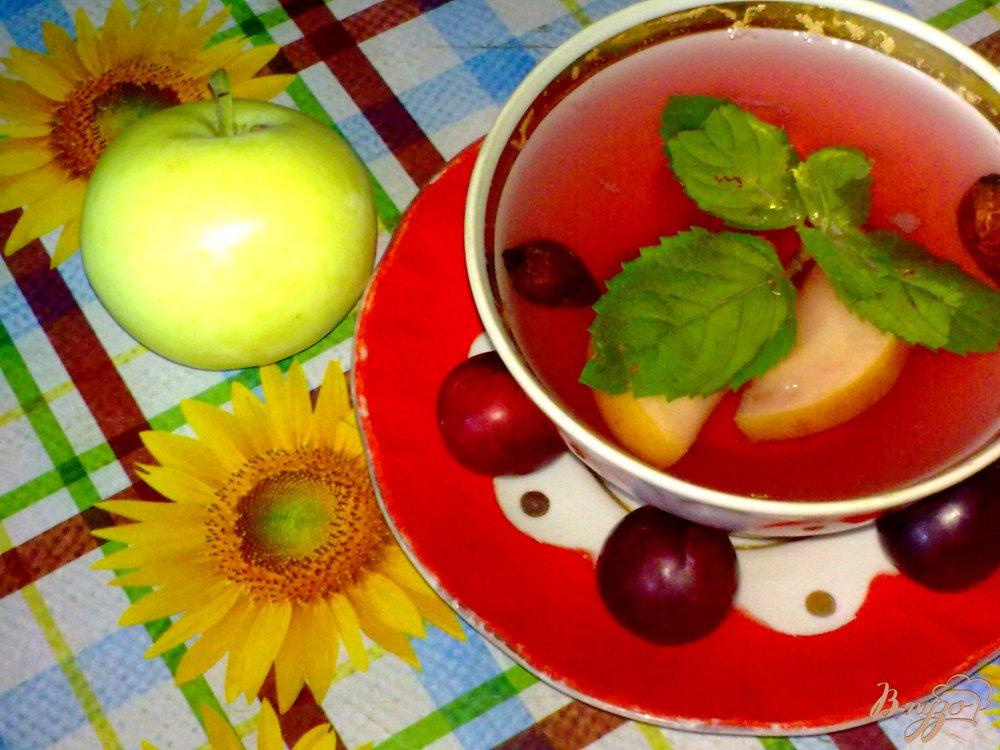 Фото приготовление рецепта: Компот из красной алычи, яблок и специй шаг №7