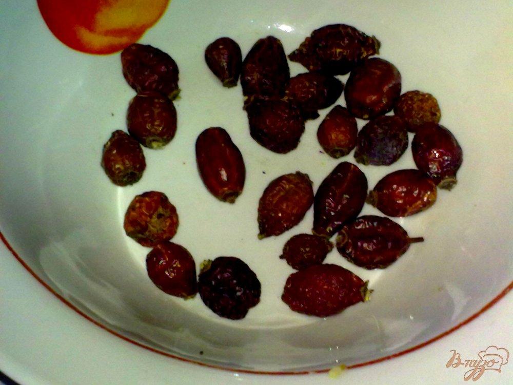 Фото приготовление рецепта: Компот из красной алычи, яблок и специй шаг №3