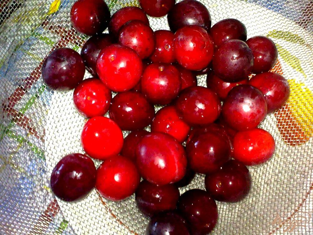 Фото приготовление рецепта: Компот из красной алычи, яблок и специй шаг №1