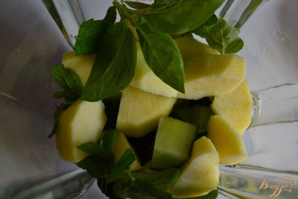 Фото приготовление рецепта: Огуречно-яблочный гаспачо с мятой шаг №2