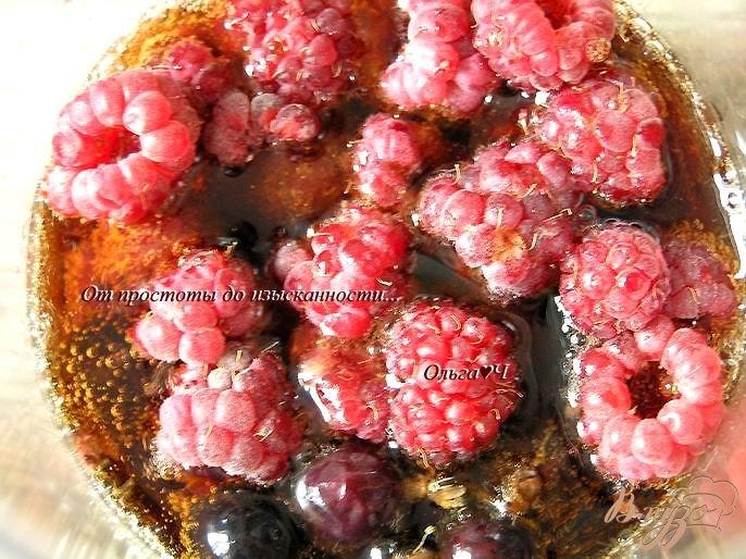 Фото приготовление рецепта: Напиток из кока-колы с ягодами шаг №2