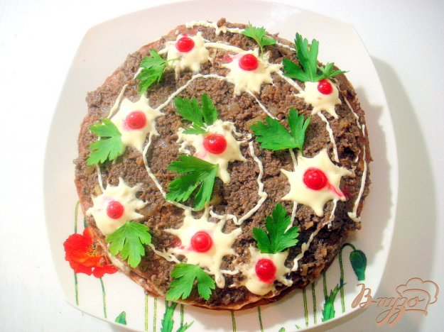 фото рецепта: Печёночный торт с грибной начинкой