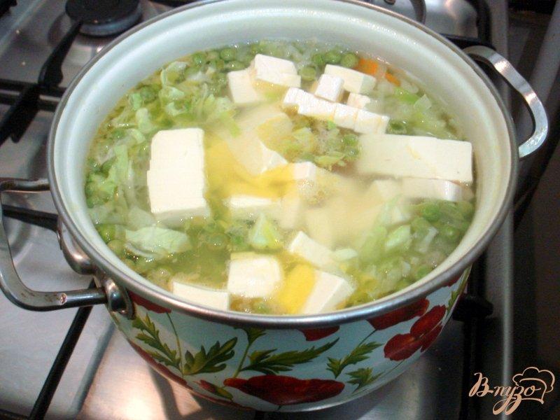 Фото приготовление рецепта: Суп с сырками и зелёным горошком шаг №9