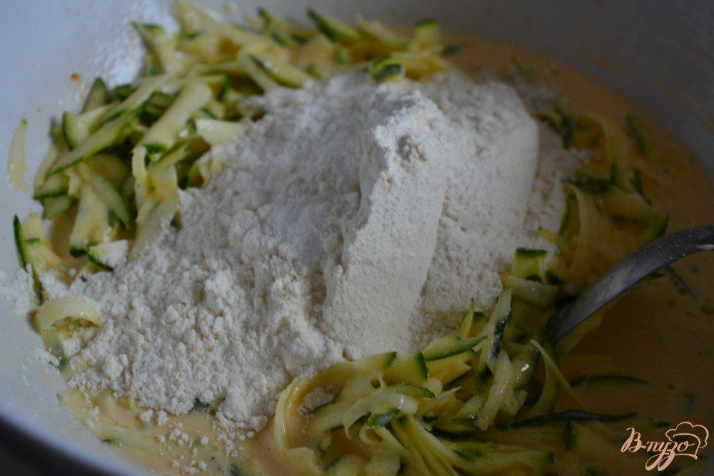 Фото приготовление рецепта: Закусочные кексы с цукини и копченой семгой шаг №3