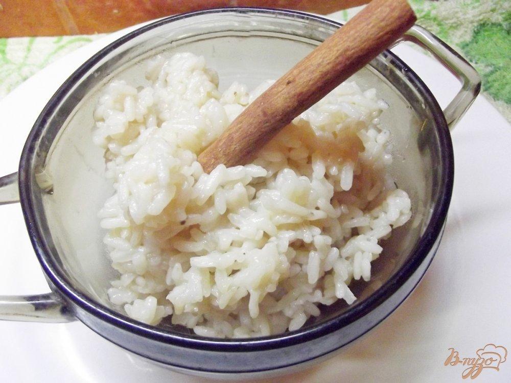 Фото приготовление рецепта: Восточный рис в соевом соусе с корицей шаг №5