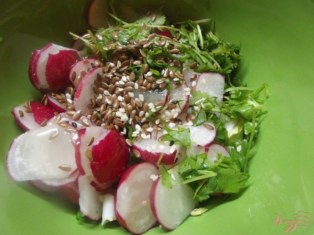 Фото приготовление рецепта: Салат с яйцом и редисом шаг №4