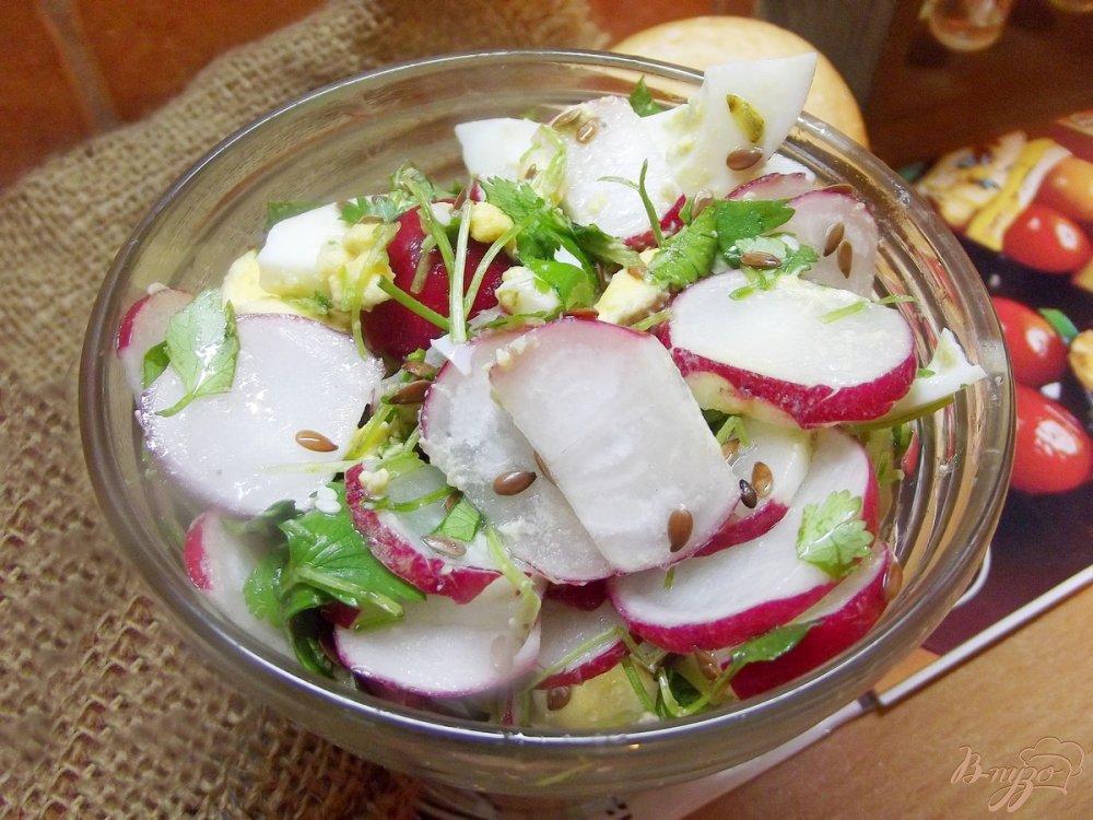 Фото приготовление рецепта: Салат с яйцом и редисом шаг №5