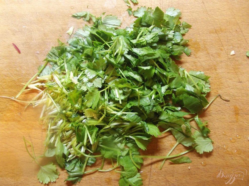 Фото приготовление рецепта: Капустный салат с кинзой шаг №2